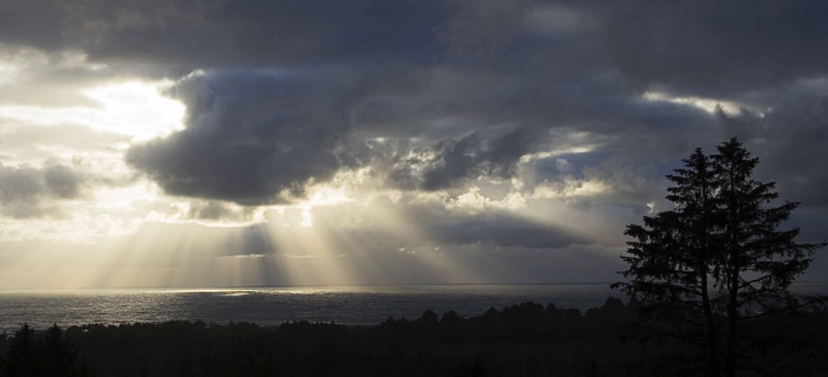 Setting Sunbeams over the Pacific